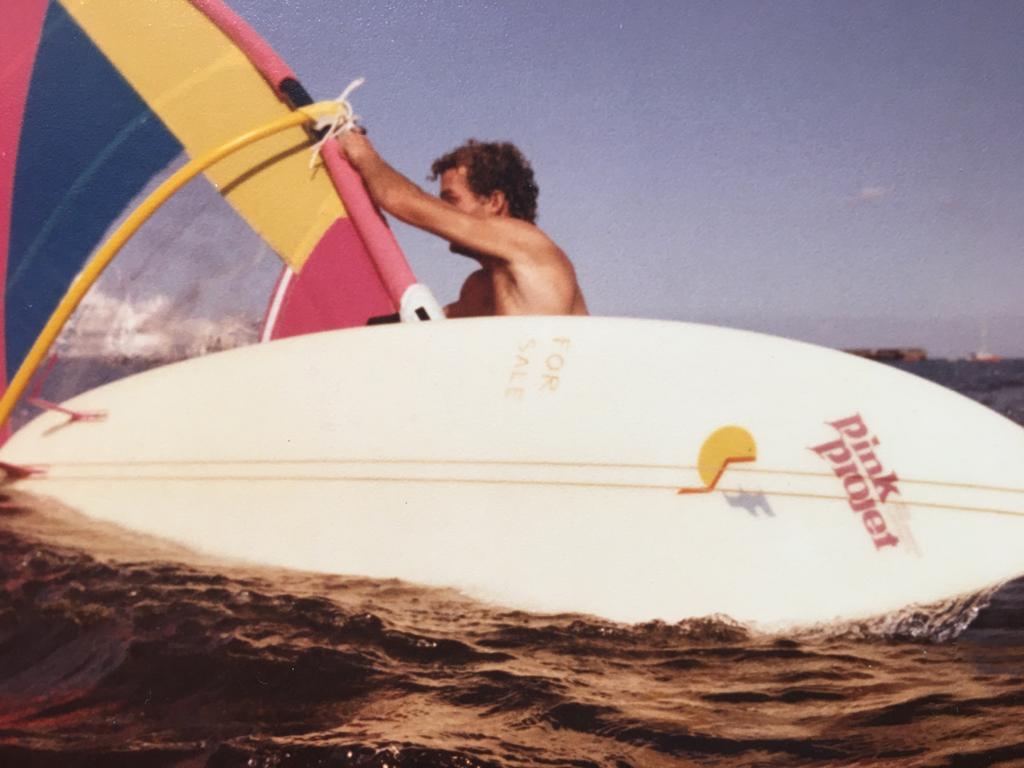 Logo Pacman auf Surfboard